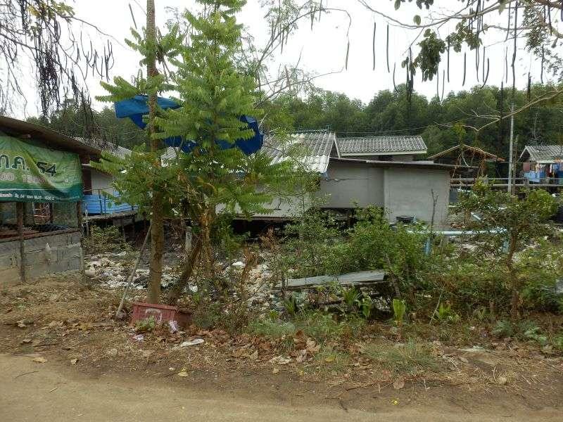 Hütten der Einheimischen eingebettet in Müll