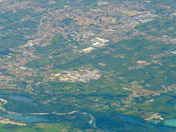 Il fiume nasce dai laghi di levico e di caldonazzo, provincia di